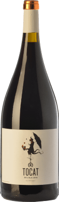 31,95 € Free Shipping | Red wine Coca i Fitó Tocat de l'Ala Joven D.O. Empordà Catalonia Spain Syrah, Grenache, Carignan Magnum Bottle 1,5 L