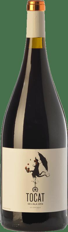 25,95 € Envío gratis | Vino tinto Coca i Fitó Tocat de l'Ala Joven D.O. Empordà Cataluña España Syrah, Garnacha, Cariñena Botella Mágnum 1,5 L